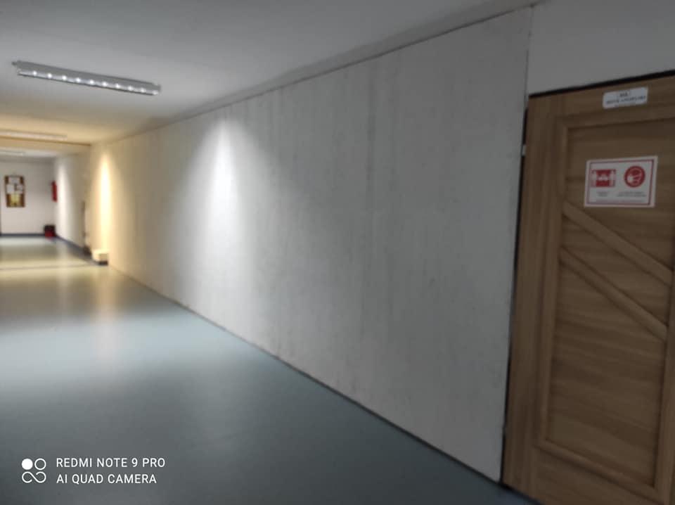Pusta ściana korytarza